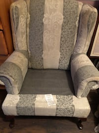Accent chair with 4 pillows Brampton, L6S 5Z2