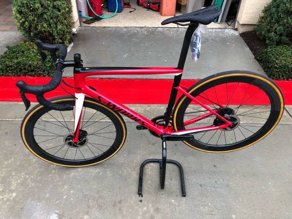 red and black road bike c6cf27ad-a95f-4932-9c61-cce148b639d4