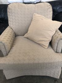 White grey Clayton Marcus chair great condition Arlington, 22201
