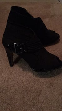 Black open toed shoes. Size 6 1/2. Never worn. 3178 km