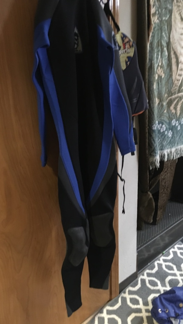 blue and black wet suit