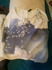 blue and white cherry blossom and high rise building printed scoop-neck sleeveless shirt