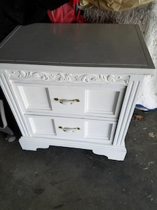 NICE WHITE ANTIQUE NITE STAND WITH BOTTOM WHEELS