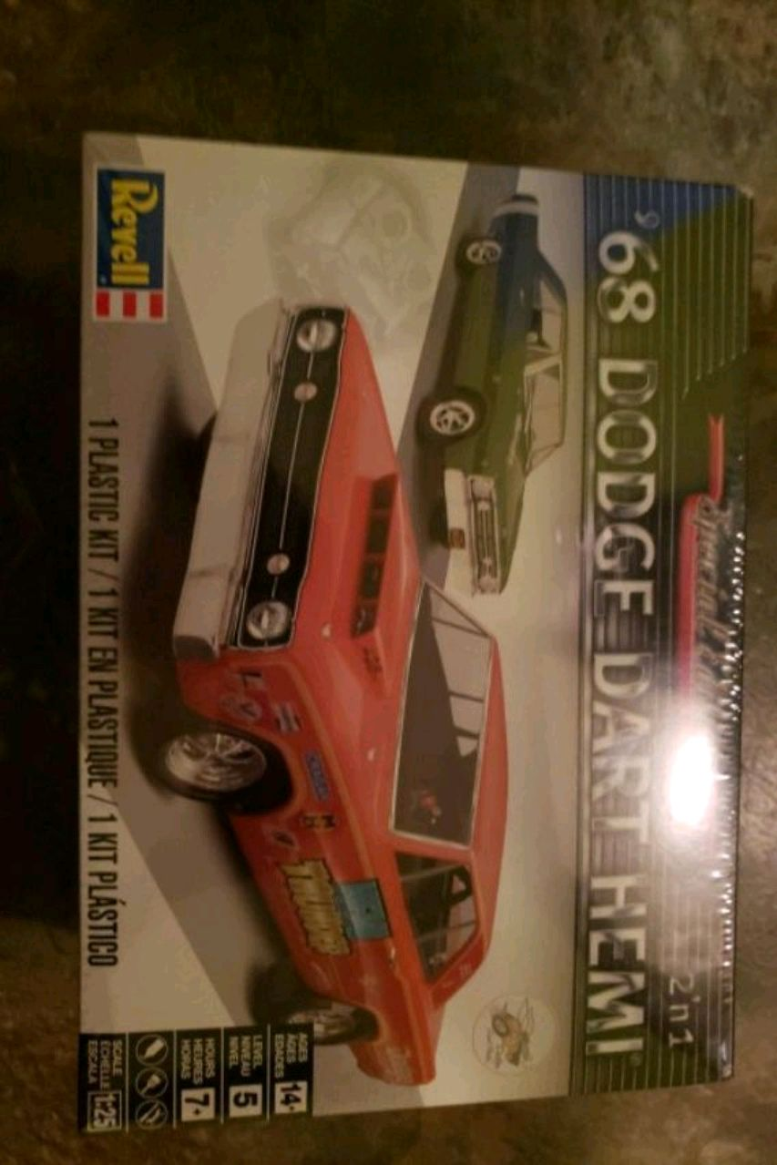 Photo '68 DODGE DART MODEL CAR WITH TOOLS