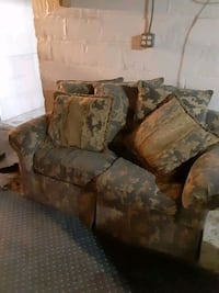 Love seat . No price is solid . Make an offer . Pick up only Halethorpe, 21227