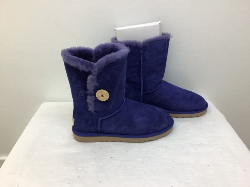 UGG   New  size 7 a1a52d22-0cc3-4004-aa33-6fbbf68591eb