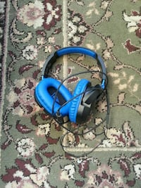 blue and black corded headphones