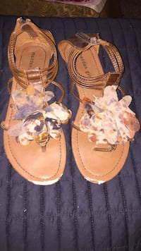 Women's 9.5 brown leathered flowered sandals  Belleville, K8N 4Z4