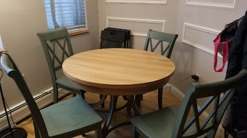 Set expandable dining table and 4 chairs