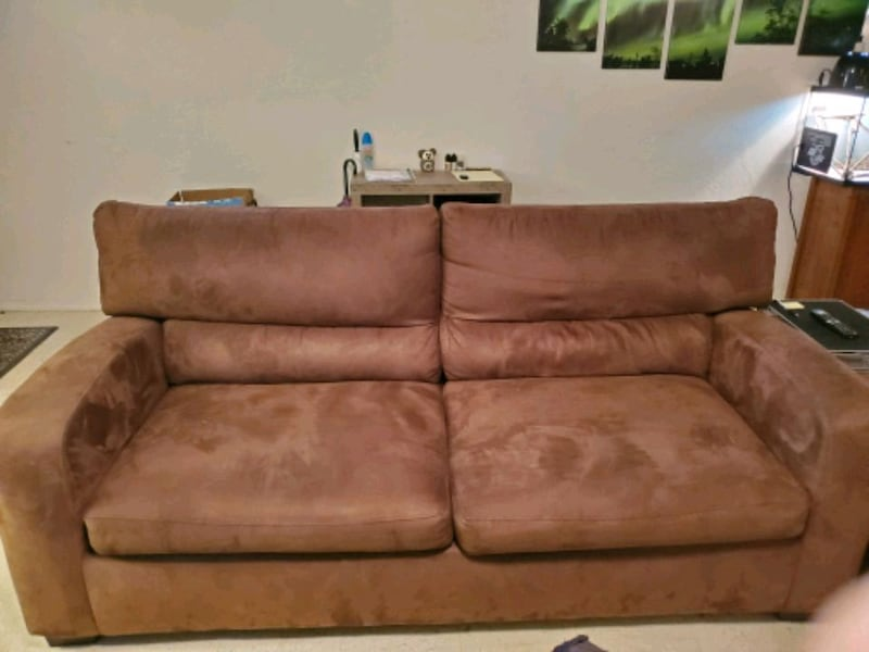 Brown couch 09742e57-d271-476d-b86c-99c2e5a41261