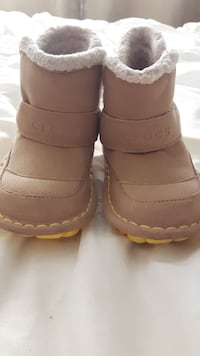 CROCS BOOTS SIZE 8 TODDLERS.