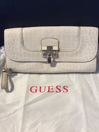 Guess clutch helt hy