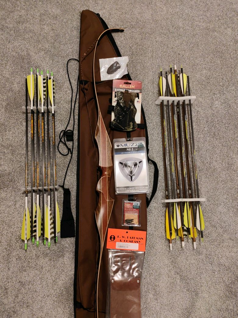 Photo Howatt Hunter Recurve Bow w/ Arrows and Accessories (Like New!)