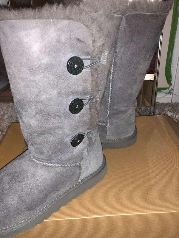 75a244d9f26 Authentic Kids uggs size 5 grey lightly worn