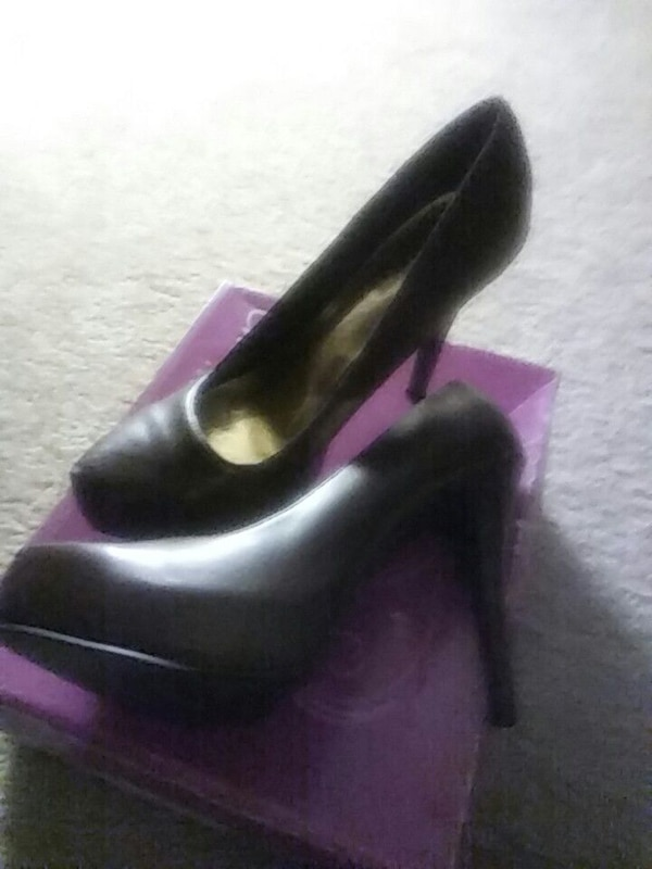 pair of brown leather platform pumps on box 13c875b1-f21b-4d35-a863-97f2d3df5e6a