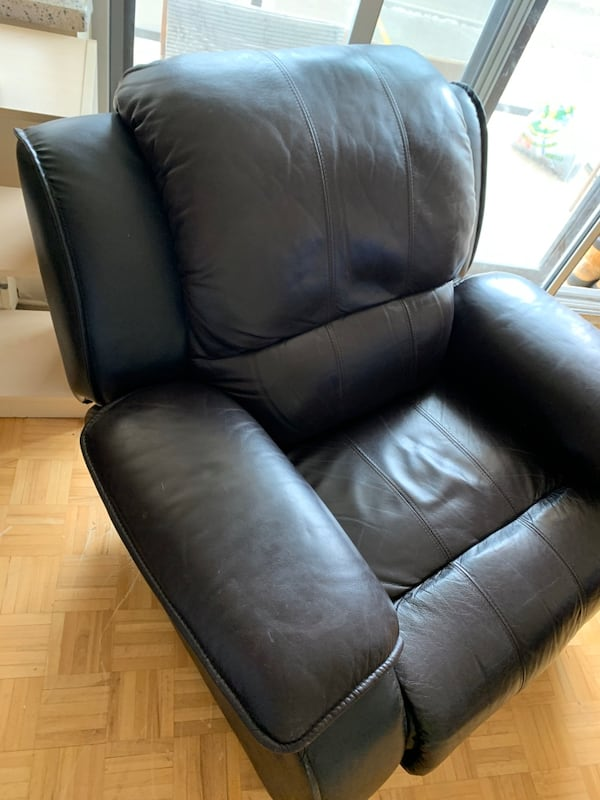 Recliner chair d47a8620-22bd-48d0-845d-a82721e62320