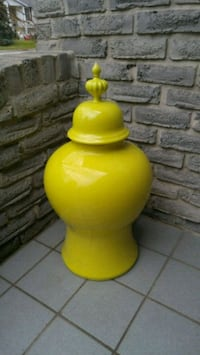WILLIAMSBURG COLLECTION URN VASE Burlington, L7P 2V9