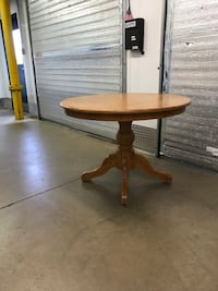 Dining pedestal table (needs 8 screws) Arlington, 22202