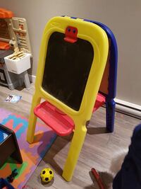 yellow and red plastic easel Laval, H7L 4C1