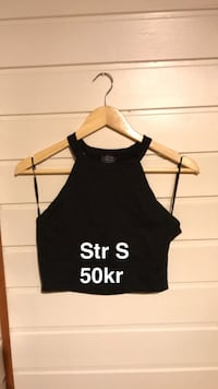 svart scoop-neck crop topp Trondheim, 7023