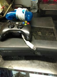 Xbox 360 with 2 controllers Largo, 33771