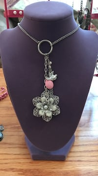 Pretty !! Silver flower pendant necklace Gainesville, 20155