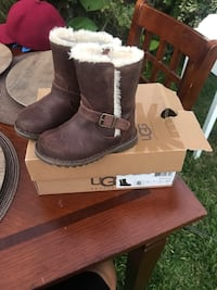 pair of brown UGG Bailey Button boots with box South Gate, 90280