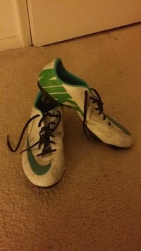 pair of green-and-black Nike cleats Annandale, 22003