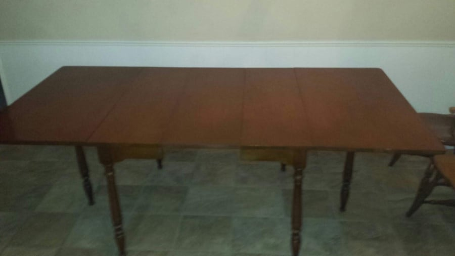 Solid wood table and chairs 0e300cf4-9424-402e-90d3-784b18219993