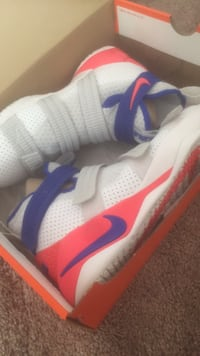 Pair of white-and-blue nike sneakers St. Bernard, 45217