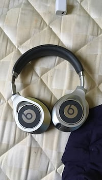 black and gray Beats by Dr. Dre wireless headphones