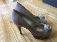 Guess - peep toe pump in tan leather with flower - size 7 Toronto, M5E 1B3