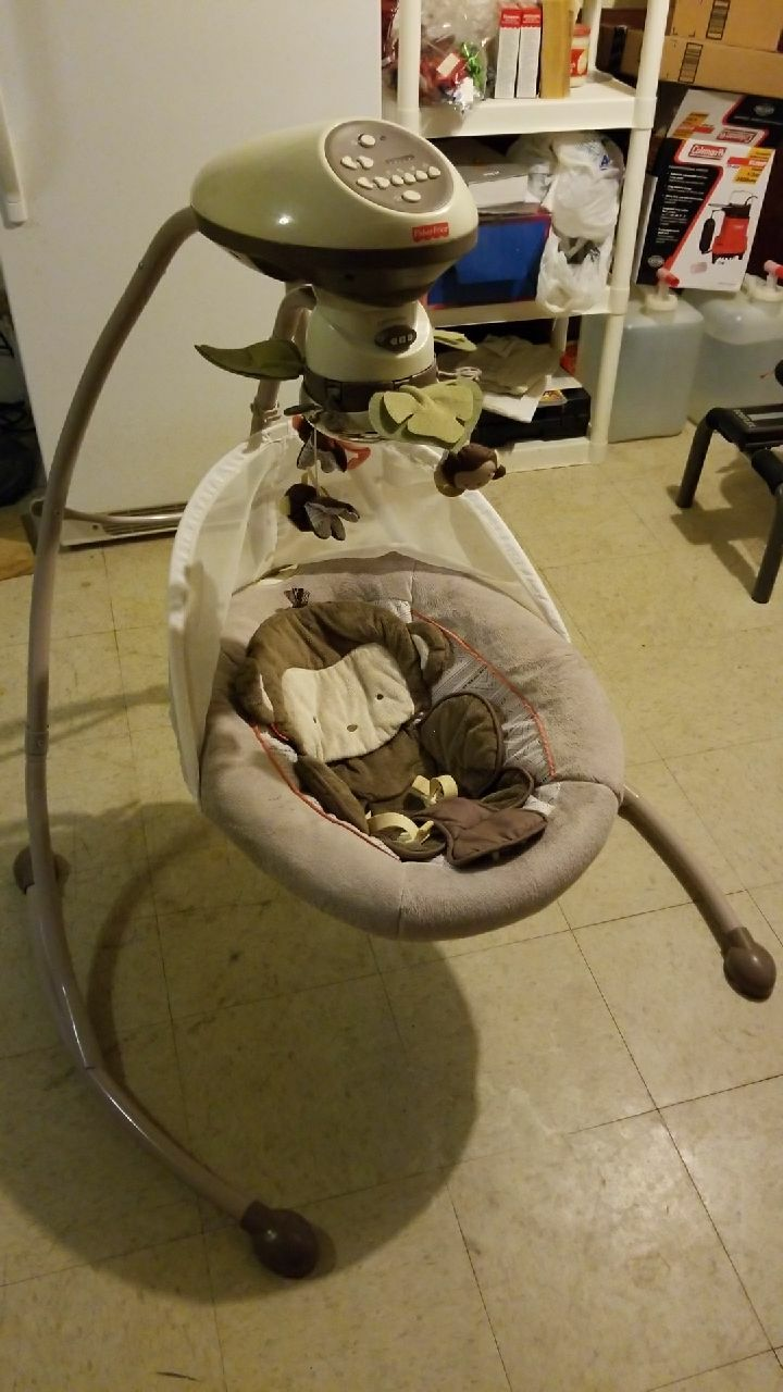 Photo Baby's white and gray fisher-price cradle n swing