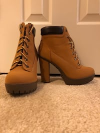 Pair of brown leather chunky heeled booties Centreville, 20121