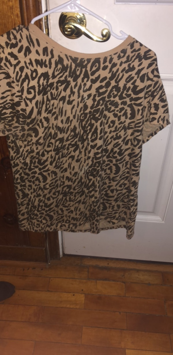 black and white leopard print long-sleeved shirt