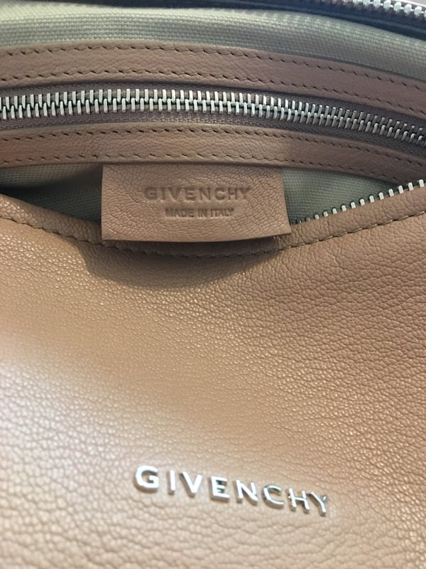 Like new authentic Givenchy med Pandora in sugar goatskin leather 8fe12003-7847-4e29-b224-d40a92099ffc