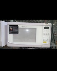 New Frigidaire - 0.7CF 700 Watt Countertop Microwave with WARRANTY West Allis, 53219