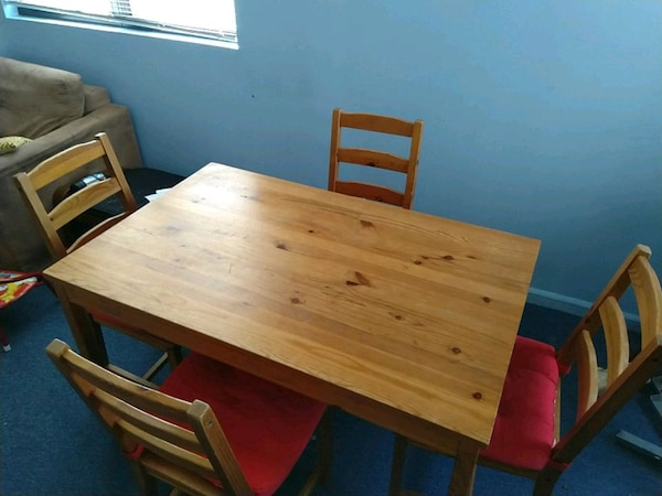 Rectangular Brown Wooden Table With Four Chairs Di Usado En Venta Queens