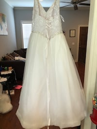 White gown size 14 Byram, 39272