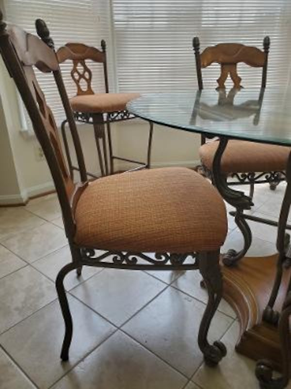Kitchen table and chairs 8356c3f6-bde6-41e4-bdaf-366720f6c4cc