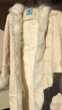 white fur zip-up jacket Торонто, M6M 5H4