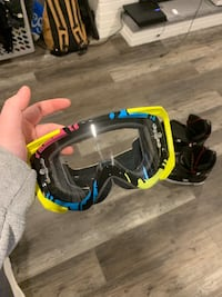 Snowboard boots plus goggles Woodstock, N4S 7T3