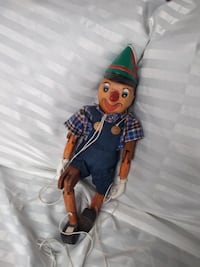 Hand Carved & Hand Painted Wooden Pinocchio Marionette 16 Inches High.   WELL TAKEN CARE OF OVER THE YEARS. EXCELLENT CONDITION!   Smoke free and pet free home.   Beautifully hand carved and painted  Pinocchio Marionette and works perfectly.  No handle av Toronto