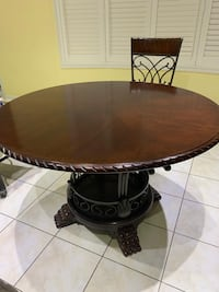 Round brown 47 inches table excellent condition Brampton, L6S 0C5