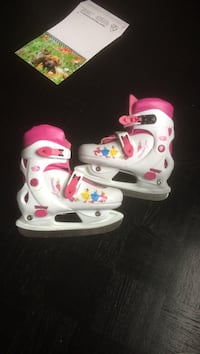 Pair of white-and-pink roller blades Lorraine, J6Z 4K2