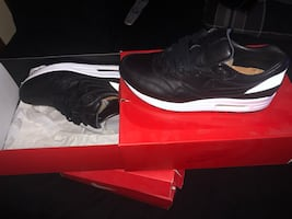"""""""PRE OWNED AIR MAX 1s ESSENTIALS SIZE 9.5"""""""