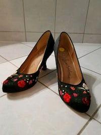 pair of black and red floral flats Mississauga, L5N 7L4