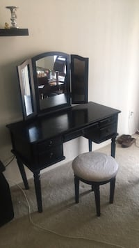 Desk with  3 seperate detachable mirrors. Bonus stool.  Fairfax, 22031