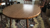 Incredibly beautiful and solid oakwood Dinning table. In perfect condition. 48 inches wide and 31 inches in height Norfolk, 23523