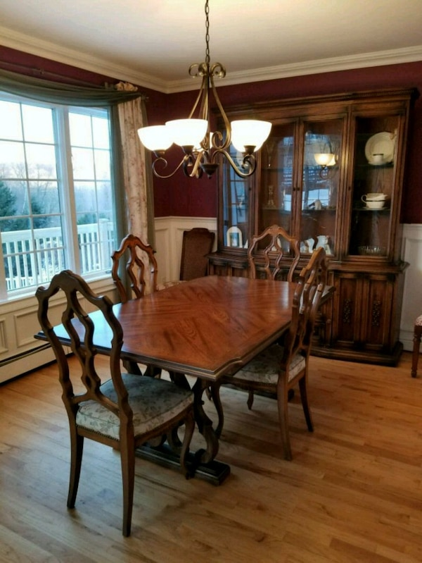 Dining Room Table Hutch And 6 Chairs Usado En Venta Yorktown Heights
